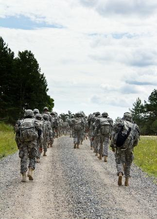 escudo militar: Los soldados est�n marchando por un camino de grava
