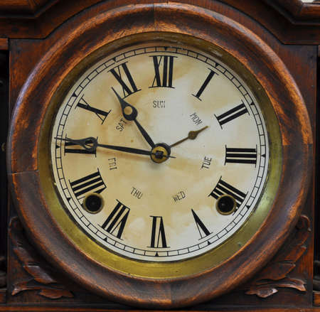 horloge ancienne: Une vieille horloge fa�onn� antique