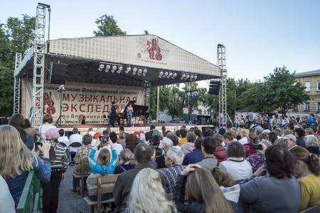 classical music: Concert van de klassieke muziek op open scene in Mstyore, Rusland Redactioneel