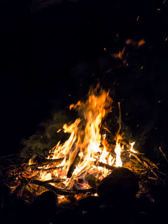Campfire sparlkes in the night against a black background. Banque d'images