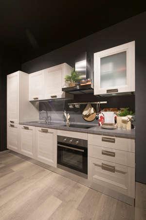 Vue grand angle d'un intérieur de cuisine moderne, personne n'est visible.