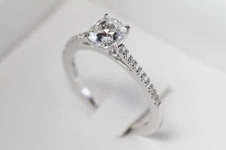 Macro shot of an engagement ring. Standard-Bild