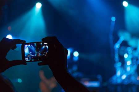 Concert photography with a smartphone during a music festival Banque d'images