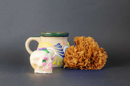 Mexican mug, cempasuchil flower and sugar skull as decoration for the day of the dead, Mexican holiday Foto de archivo