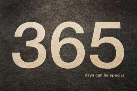 """implacable: L'expression d'or """"365 jours peut �tre sp�cial"""" fait la couverture sur un fond de papier noir."""
