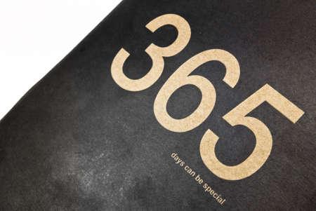 """implacable: L'or phrase �365 jours peuvent �tre sp�cial"""" fait de la couverture sur un fond de papier noir. Banque d'images"""