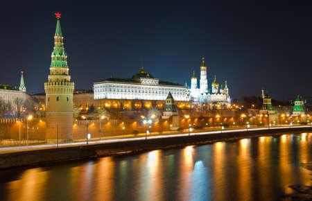 Respetuosa con el Kremlin y río Moskva Moscú en noche de invierno Rusia