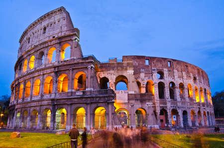 roma antigua: El Coliseo en la noche, Roma, Italia Foto de archivo