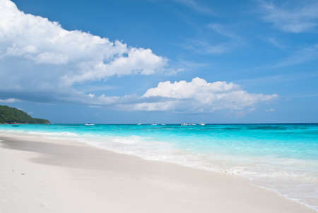 Spiaggia bianca di cristallo a Tachai Island, Thailandia