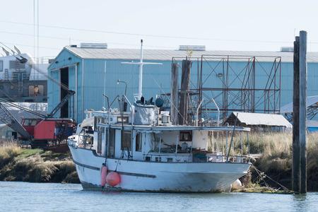 Yacht at berth in Steamboat Slough, Everett, WA Foto de archivo - 95054244