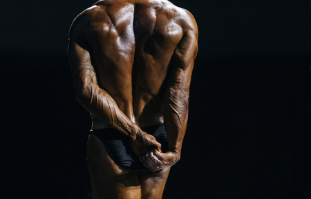 Demonstration of triceps your arms from behind closeup. performance athlete bodybuilder to competition. Banque d'images