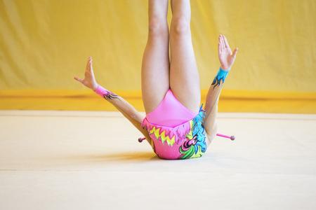 Ragazza con un club di ginnastica ritmica. Flessibilità in acrobazie e salute del fitness