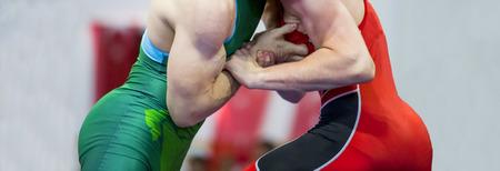 Zwei Ringer griechisch-römischer Ringkampf während des Wettkampfs Standard-Bild