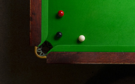 Snooker table top view with snooker balls on green 免版税图像