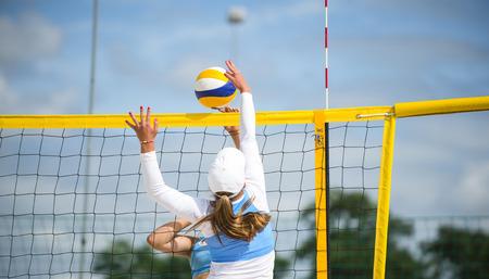 Volleyball Beach Player ist eine Volleyballspielerin, die bei Sonnenuntergang oder Sonnenaufgang Beachvolleyball spielt Standard-Bild