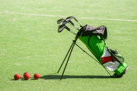 golf equipment and golf bag on green grass Stockfoto