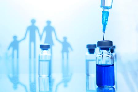 Concepto de inmunización familiar. Vacuna contra la influenza para niños Foto de archivo