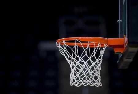 Panier de basket isolé sur fond noir Banque d'images