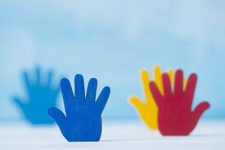 Colorfull puzzles mains sur fond bleu. Concept de la Journée mondiale de sensibilisation à l'autisme