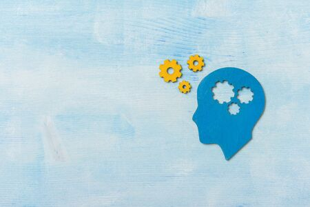 Koncepcja pracy mózgu. Myślenie, koncepcja kreatywności ludzkiej głowy z biegami na niebieskim tle Zdjęcie Seryjne