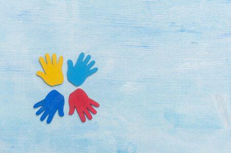 Kleurrijke puzzels handen op blauwe achtergrond. Wereld Autisme Awareness Day Concept