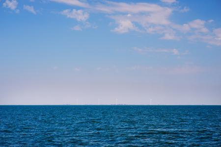 아름다운 화창한 날에 둔한 구름과 푸른 바다. 스톡 콘텐츠 - 100914471