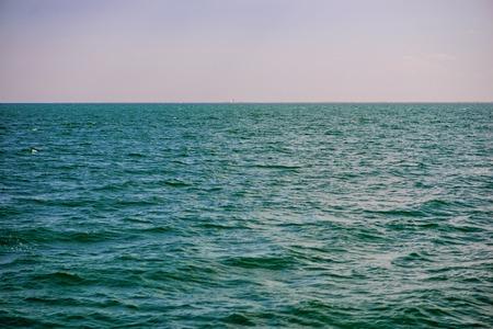 아름다운 화창한 날에 둔한 구름과 푸른 바다. 스톡 콘텐츠 - 100915922