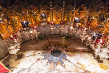 Une étoile d'argent marque le site traditionnel de la naissance de Jésus dans une grotte sous l'église de la Nativité de Bethléem, en Palestine.