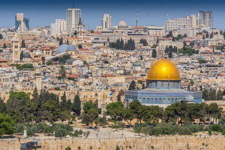 Vue sur la vieille ville de Jérusalem, y compris la mosquée du Dôme du Rocher, prise depuis le Mont des Oliviers, Jérusalem, Israël.