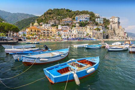 Freizeitboote und traditionelle Gebäude im Hafen von Cetara, Amalfiküste, Italien.