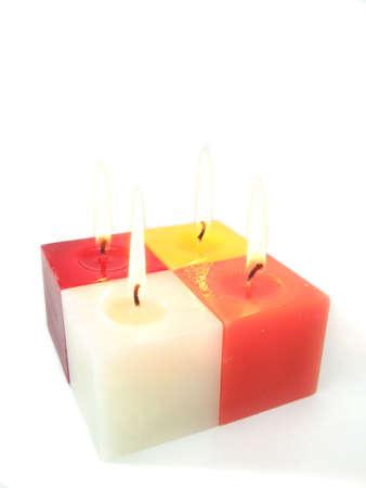 paraffine: Vier gekleurde kaarsen branden - geïsoleerd over wit