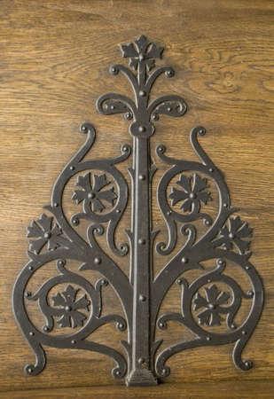 door bolt: Decoraci�n de metal sobre una puerta en una Iglesia rumana