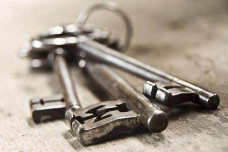 fermer la porte: Trois touches anciennes sur un anneau