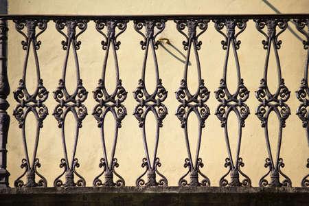 baranda para balcon: Antiguo balaustrada de hierro en la Toscana  Italia  Foto de archivo