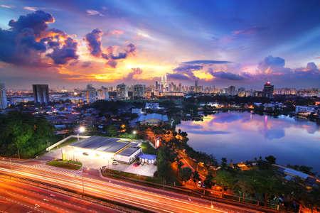 Kuala Lumpur horizonte al atardecer con cielo hermoso Foto de archivo