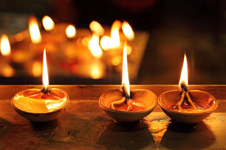 an oil lamp: Una lámpara de barro encendida en la ocasión propicia de Diwali