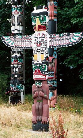 totem indiano: Numerosi totem indiano in un parco a Vancouver Archivio Fotografico