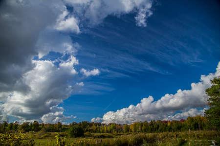 푸른 하늘 하루에 아름 다운 구름
