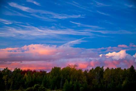 활기찬 다채로운 구름의 석양 하늘보기