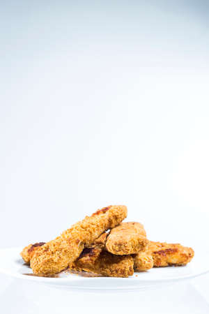 alimentos congelados: Plate of Chicken Fingers, Fried Frozen Food at Home