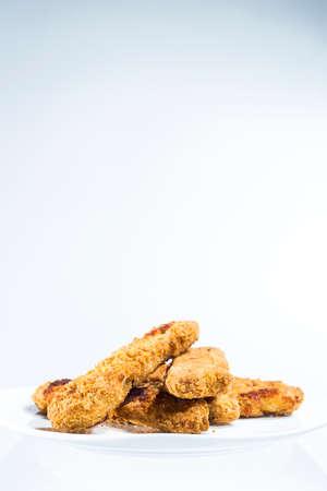 alimentos congelados: Plato de pollo dedos, frito congelado alimentos en el hogar