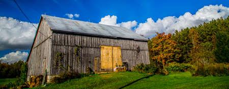 old barn: Old Barn in Rural Countryside