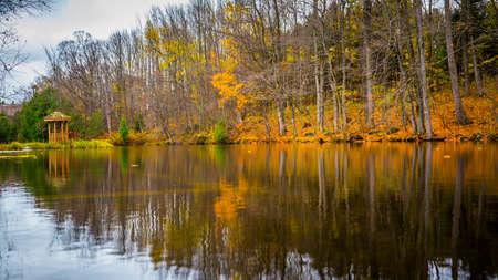 池の秋風景の反射 写真素材