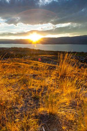 夕暮れ時の山湖の風光明媚なビュー