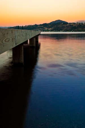 夕暮れ時、水にドッキングします。 写真素材