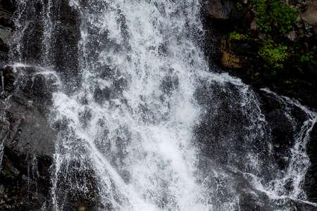 水岩を下にカスケードのクローズ アップ ビュー