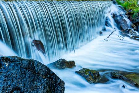 水の流れの長い露出写真