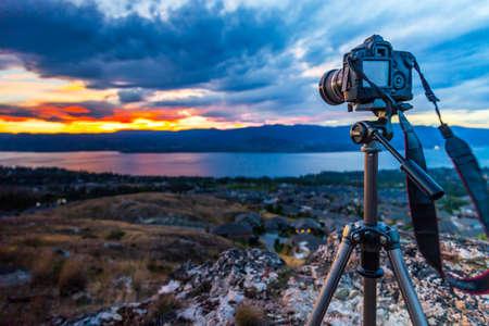 山で三脚にカメラの写真 写真素材