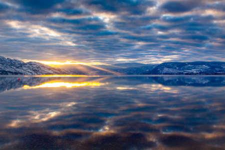 山の湖で反射