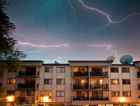 アパートの上の夜空に稲妻 写真素材